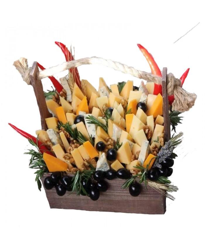 Композиция из сыров в ящике