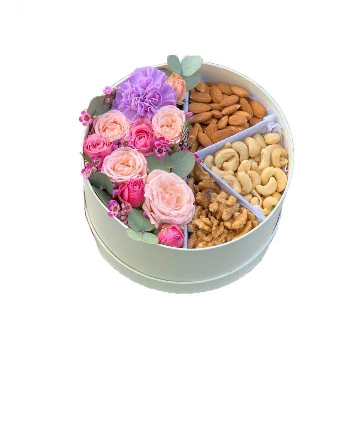 Цветы и орехи в шляпной коробке