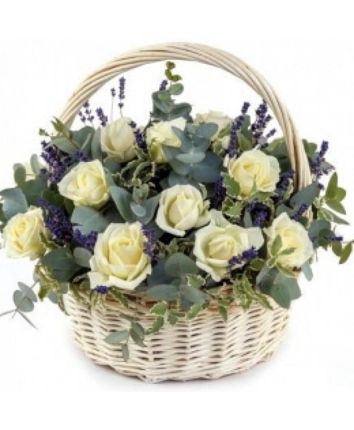 """Корзина с розами и лавандой """"Особенное внимание"""""""