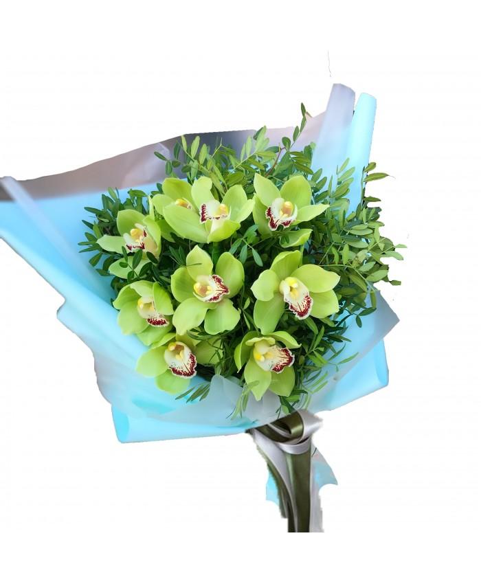 Букет из 9 орхидей с зеленью