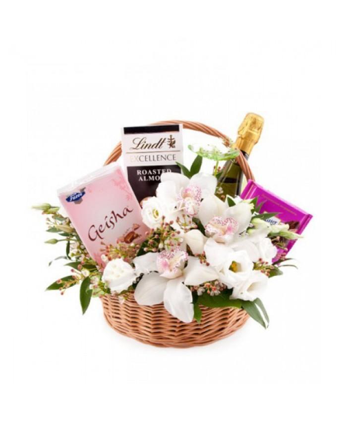 Подарочная корзина с цветами №4