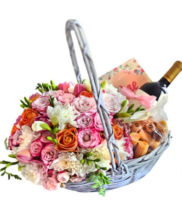 Подарочная корзина с цветами №6
